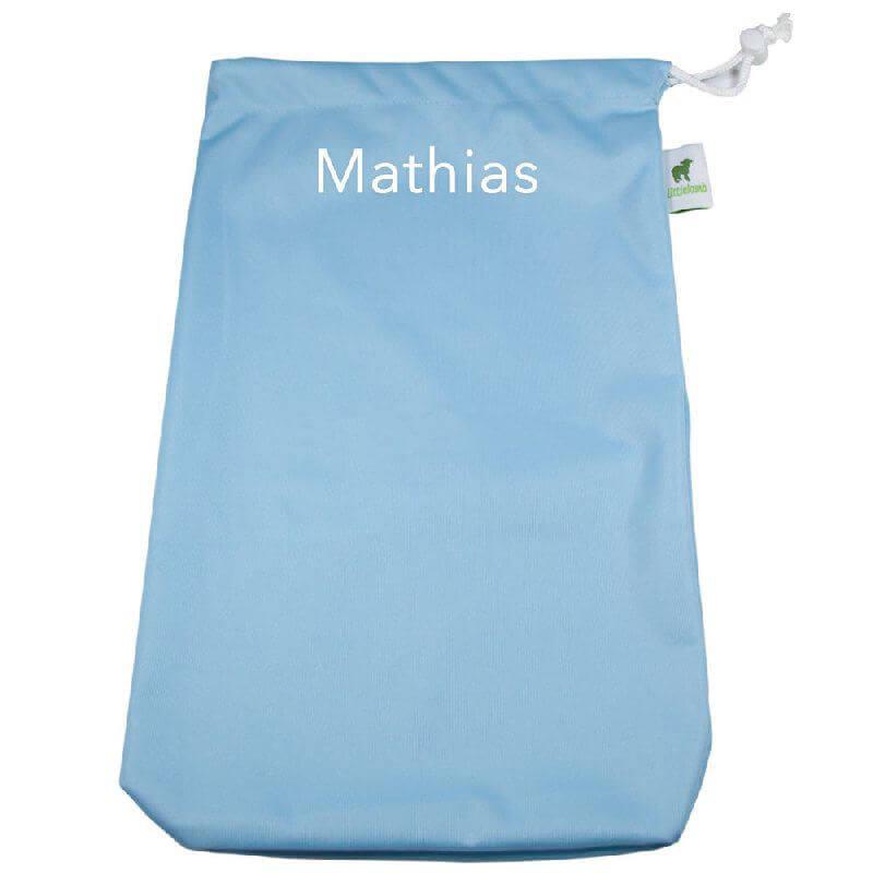 Frugtpose Lyseblå. Få sat barnets navn på posen og gør den personlig. Den bliver ikke så nemt ...