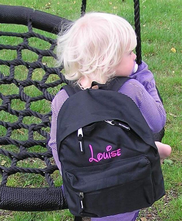 Børnerygsæk med brystrem og broderet navn - Mange flotte farver, med lomme foran